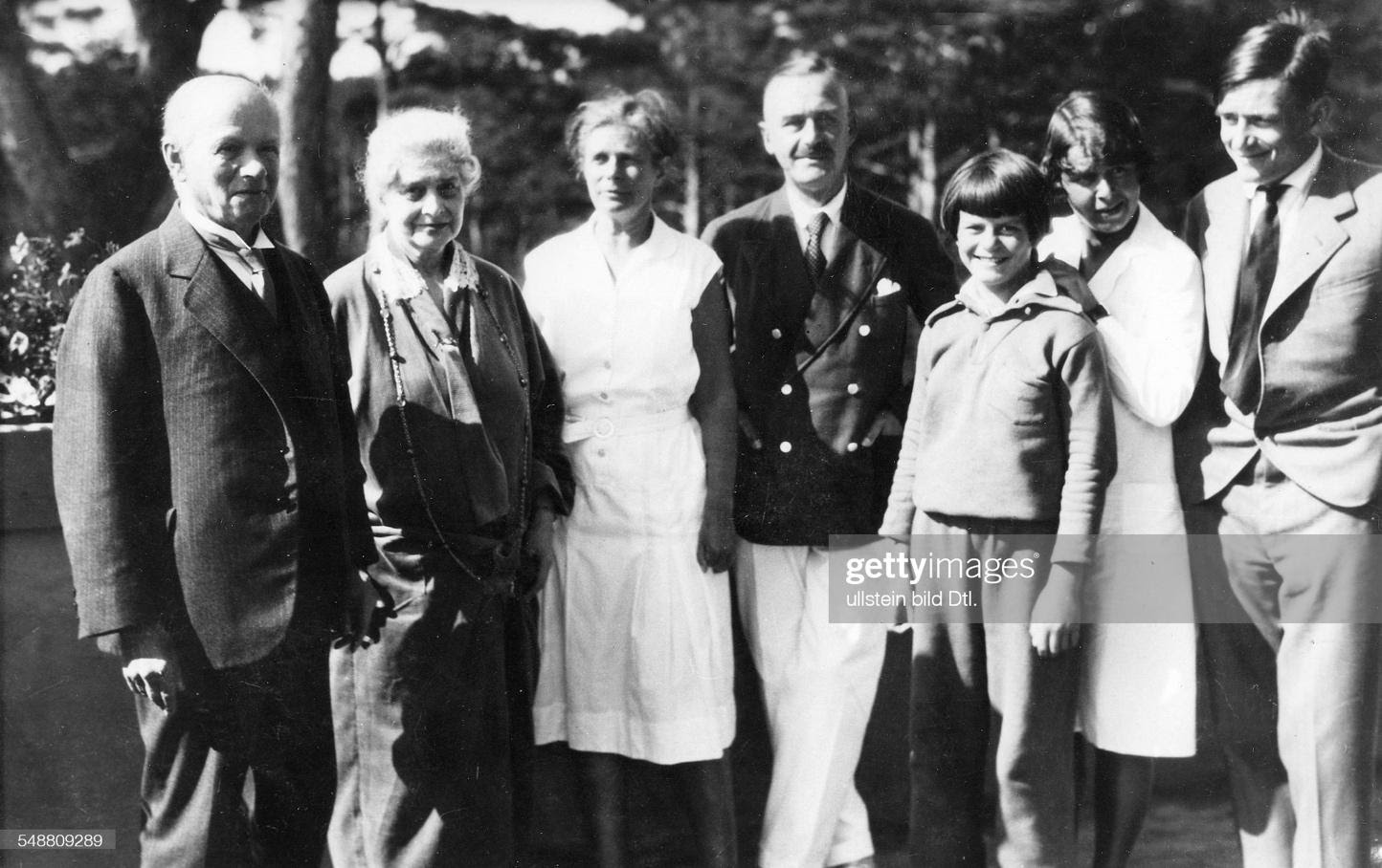 Mann, Thomas - Writer, D  *06.06.1875-12.08.1955+ Nobel Prize laureate 1929  - Portrait of the family (from left): the parents in law Alfred and Hedwig Pringsheim, Katja and Thomas Mann, Elisabeth, Monika and Golo Mann  - about 1931  - Published in:  : News Photo